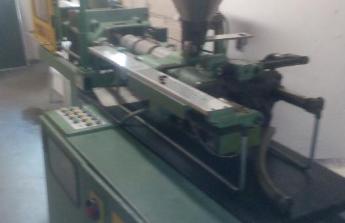 vstřikovací stroj